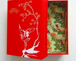 Rode linnen doos met goud